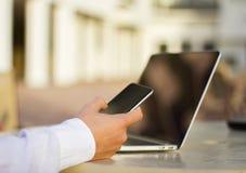 Επιχειρηματίας με το τηλέφωνο και το lap-top κυττάρων Στοκ Εικόνες