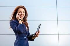 Επιχειρηματίας με το τηλέφωνο και το lap-top Στοκ Φωτογραφίες