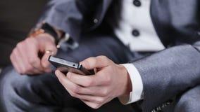 Επιχειρηματίας με το τηλέφωνο φιλμ μικρού μήκους