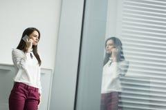 Επιχειρηματίας με το τηλέφωνο Στοκ εικόνες με δικαίωμα ελεύθερης χρήσης