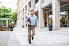 Επιχειρηματίας με το τρέξιμο χαρτοφυλάκων στοκ εικόνες