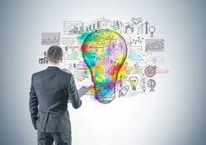 Επιχειρηματίας με το φάκελλο, οπισθοσκόπος, επιχειρησιακή ιδέα Στοκ Εικόνα