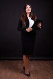 Επιχειρηματίας με το φάκελλο στο πλήρες σώμα χεριών στη φωτογραφία στούντιο Στοκ εικόνες με δικαίωμα ελεύθερης χρήσης