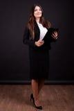 Επιχειρηματίας με το φάκελλο στο πλήρες σώμα χεριών στη φωτογραφία στούντιο Στοκ εικόνα με δικαίωμα ελεύθερης χρήσης