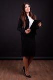 Επιχειρηματίας με το φάκελλο στο πλήρες σώμα χεριών στη φωτογραφία στούντιο Στοκ φωτογραφία με δικαίωμα ελεύθερης χρήσης