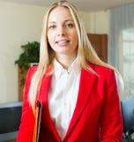 Επιχειρηματίας με το φάκελλο των εγγράφων Στοκ φωτογραφία με δικαίωμα ελεύθερης χρήσης