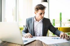 Επιχειρηματίας με το φορητό προσωπικό υπολογιστή και εργασία εγγράφων στην αρχή Στοκ Εικόνες