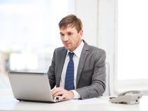 Επιχειρηματίας με το φορητό προσωπικό υπολογιστή και τα έγγραφα Στοκ Εικόνες