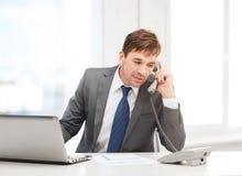 Επιχειρηματίας με το φορητό προσωπικό υπολογιστή και το τηλέφωνο Στοκ φωτογραφία με δικαίωμα ελεύθερης χρήσης