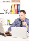 Επιχειρηματίας με το φορητό προσωπικό υπολογιστή στην αρχή Στοκ φωτογραφία με δικαίωμα ελεύθερης χρήσης