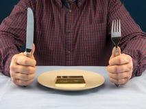 Επιχειρηματίας με το φραγμό του χρυσού που εξυπηρετείται στο πιάτο Στοκ φωτογραφία με δικαίωμα ελεύθερης χρήσης