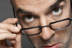 Επιχειρηματίας με το χέρι στα γυαλιά που κάνει ένα πρόσωπο Στοκ εικόνα με δικαίωμα ελεύθερης χρήσης