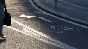Επιχειρηματίας με το χαρτοφύλακα και τους κινητούς σταυρούς ο τρόπος ποδηλάτων - Μιλάνο απόθεμα βίντεο