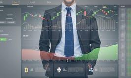Επιχειρηματίας με το cryptocurrency στην εικονική οθόνη στοκ εικόνα