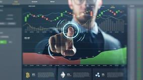Επιχειρηματίας με το cryptocurrency στην εικονική οθόνη στοκ εικόνα με δικαίωμα ελεύθερης χρήσης