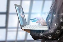 Επιχειρηματίας με το lap-top διαθέσιμο και έναν χάρτη Στοκ εικόνες με δικαίωμα ελεύθερης χρήσης