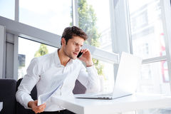 0 επιχειρηματίας με το lap-top και έγγραφα που μιλούν στο κινητό τηλέφωνο Στοκ εικόνες με δικαίωμα ελεύθερης χρήσης
