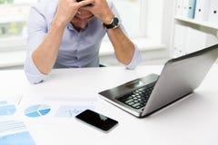 Επιχειρηματίας με το lap-top και έγγραφα στην αρχή Στοκ Φωτογραφία