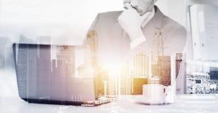 Επιχειρηματίας με το lap-top και καφές στο γραφείο Στοκ εικόνα με δικαίωμα ελεύθερης χρήσης