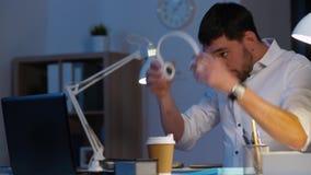 Επιχειρηματίας με το lap-top και τα ακουστικά τη νύχτα απόθεμα βίντεο