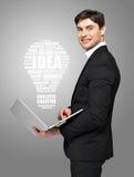 Επιχειρηματίας με το lap-top και το λαμπτήρα Στοκ φωτογραφίες με δικαίωμα ελεύθερης χρήσης