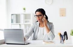 Επιχειρηματίας με το lap-top και smartphone στο γραφείο Στοκ Εικόνες