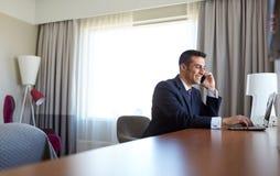 Επιχειρηματίας με το lap-top και smartphone στο ξενοδοχείο Στοκ Εικόνες