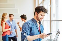 Επιχειρηματίας με το lap-top και το smartphone Στοκ Φωτογραφία