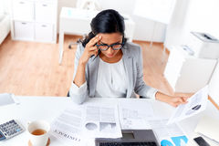 Επιχειρηματίας με το lap-top που λειτουργεί στο γραφείο Στοκ Φωτογραφία