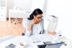 Επιχειρηματίας με το lap-top που λειτουργεί στο γραφείο Στοκ Εικόνες