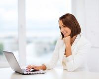 Επιχειρηματίας με το lap-top στην αρχή Στοκ φωτογραφία με δικαίωμα ελεύθερης χρήσης