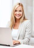 Επιχειρηματίας με το lap-top στην αρχή Στοκ Φωτογραφίες