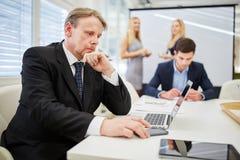 Επιχειρηματίας με το lap-top στη αίθουσα συνδιαλέξεων Στοκ Εικόνες