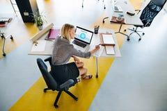 Επιχειρηματίας με το lap-top στο γραφείο της στο γραφείο, εργασία Στοκ φωτογραφίες με δικαίωμα ελεύθερης χρήσης