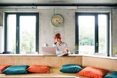 Επιχειρηματίας με το lap-top στο γραφείο της Στοκ Εικόνα