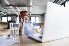 Επιχειρηματίας με το lap-top στο γραφείο της Στοκ φωτογραφία με δικαίωμα ελεύθερης χρήσης