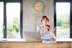 Επιχειρηματίας με το lap-top στο γραφείο της Στοκ Φωτογραφία
