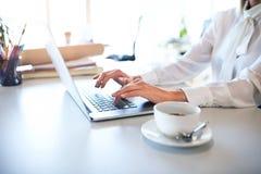 Επιχειρηματίας με το lap-top στο γραφείο στο γραφείο της Στοκ Εικόνα