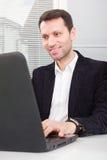 Επιχειρηματίας με το lap-top Στοκ εικόνες με δικαίωμα ελεύθερης χρήσης