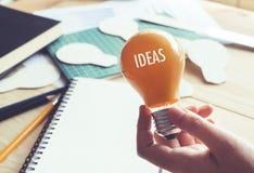 Επιχειρηματίας με το lightbulb στο γραφείο στον εργασιακό χώρο Ιδέες, δημιουργικότητα Στοκ Εικόνα