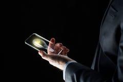 Επιχειρηματίας με το lightbulb στο smartphone Στοκ φωτογραφία με δικαίωμα ελεύθερης χρήσης