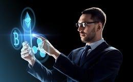 Επιχειρηματίας με το PC ταμπλετών και το cryptocurrency στοκ εικόνες με δικαίωμα ελεύθερης χρήσης