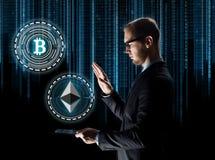 Επιχειρηματίας με το PC ταμπλετών και το cryptocurrency στοκ φωτογραφία