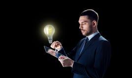 Επιχειρηματίας με το PC ταμπλετών και lightbulb Στοκ φωτογραφίες με δικαίωμα ελεύθερης χρήσης