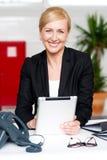 Επιχειρηματίας με το PC ταμπλετών στο γραφείο της Στοκ Φωτογραφία