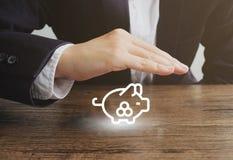 Επιχειρηματίας με το piggy εικονίδιο τραπεζών Έννοια χρημάτων αποταμίευσης προστασίας στοκ φωτογραφία με δικαίωμα ελεύθερης χρήσης
