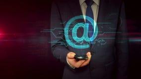 Επιχειρηματίας με το smartphone και την έννοια ολογραμμάτων σημαδιών ηλεκτρονικού ταχυδρομείου απόθεμα βίντεο