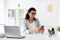 Επιχειρηματίας με το smartphone και lap-top στο γραφείο Στοκ εικόνες με δικαίωμα ελεύθερης χρήσης