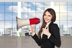 Επιχειρηματίας με megaphone και τους αντίχειρες επάνω Στοκ Εικόνες