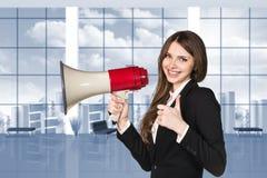 Επιχειρηματίας με megaphone και τους αντίχειρες επάνω Στοκ Εικόνα